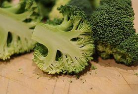 Pyszna sałatka brokułowa z dodatkiem rodzynek