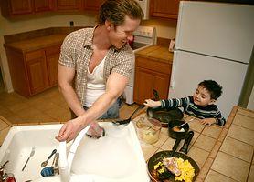 Tato, chcesz mieć ambitne dzieci? Nie unikaj obowiązków domowych!