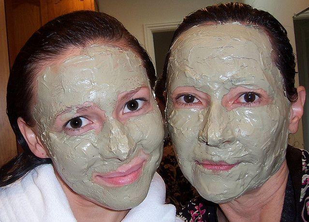 Kobiet z maseczką na twarzy