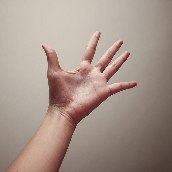 Pocąca się dłoń