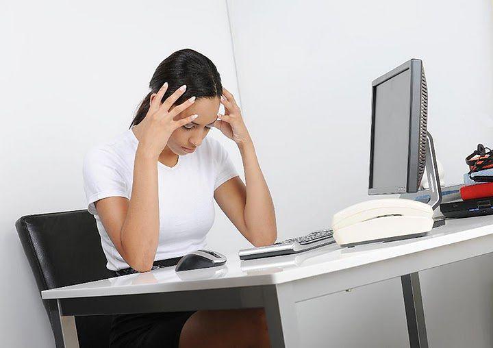 Zestresowana kobieta za biurkiem
