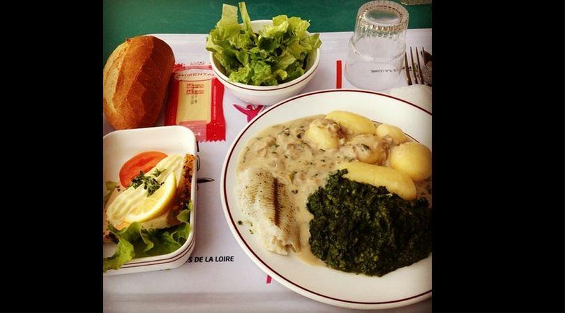 Obiad na stołówce szkolnej w zachodniej Francji jest bardzo pożywny