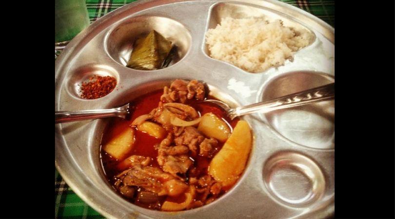 Obiad szkolny w Tajlandii składa się z kilku części, przez to jest bardzo treściwy
