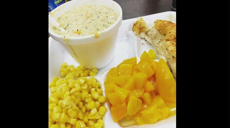 Obiad na stołówce szkolnej w USA składa się w dużej mierze z półproduktów