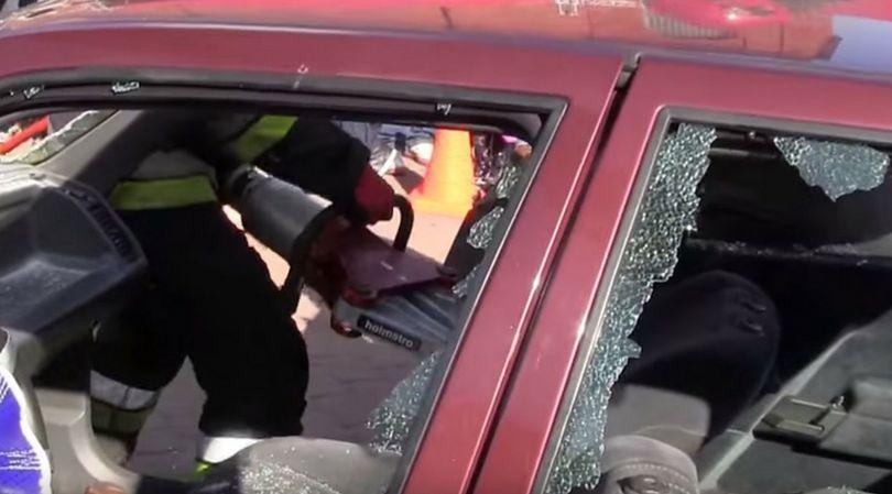 Strażacy często muszą rozcinać auto, aby dostać się do uwięzionego pasażera