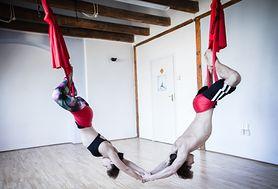 Aerial yoga - połączenie akrobatyki, jogi i tańca. Czy znasz tę formę aktywności?