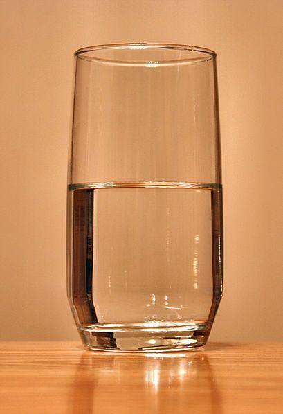 Szklanka wody przy łóżku