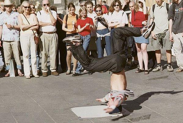Taniec breakdance - pokaz uliczny