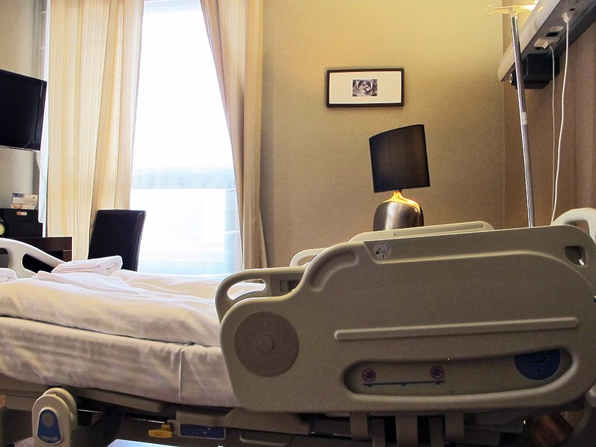 Łóżko w sali pacjenta
