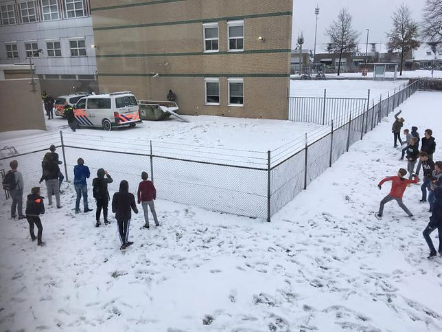Policjanci przegrali walkę na śnieżki. Z dziećmi
