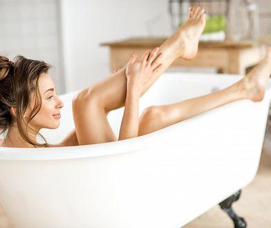 Pasta cukrowa sprawia, że skóra na nogach jest gładka i odpowiednio nawilżona