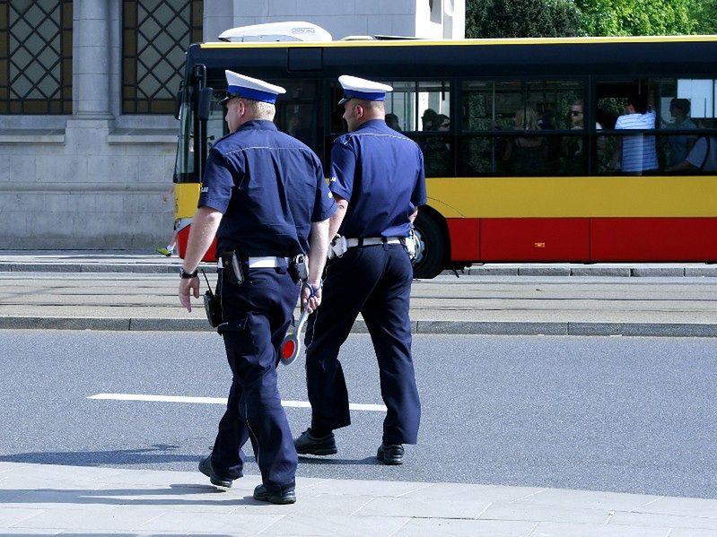 Kopią, walą pałkami i szczują psami w warszawskiej komendzie policji