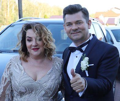 Danuta i Zenon Martyniukowie na ślubie syna