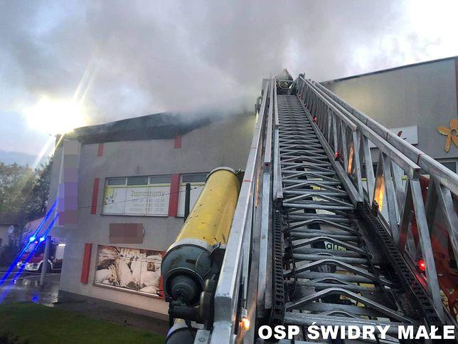 Otwock. Pożar sklepu wielkopowierzchniowego. W akcji 12 zastępów straży pożarnej