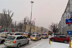 Warszawa. Kierowcy w korkach przez opady śniegu. Zwołano sztab kryzysowy