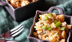 Smakowita sałatka ryżowa z kurczakiem. Ma niski indeks glikemiczny