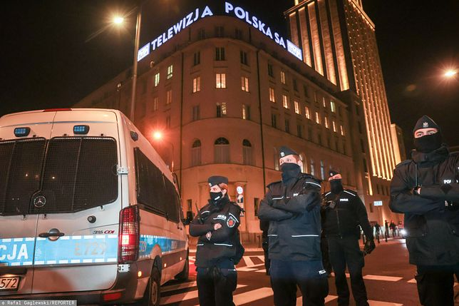 W środę podczas protestów w Warszawie interweniowali policjanci zarówno ubrani w mundury jak i będący w ubraniu cywilnym i bez policyjnych odznaczeń