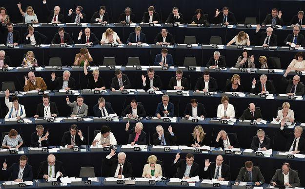 Posłowie Parlamentu Europejskiego podczas głosowania