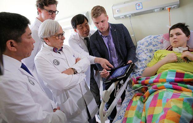 Neurochirurg prof. Isao Morita, prof. Wojciech Maksymowicz, neurolog Łukasz Grabarczyk i specjaliści z firmy Boston Scientific