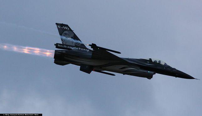 Myśliwiec F-16 podczas przelotu (zdj. arch.)