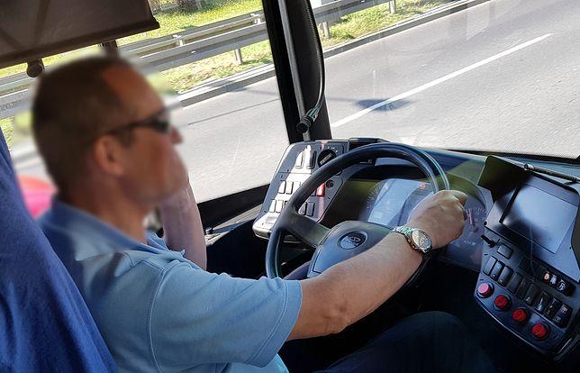 Mężczyzna mimo odpowiedzialności za pasażerów rozmawiał przez prywatną komórkę