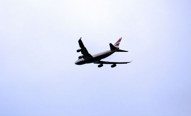 Lotniczy pasażer na gapę w ciężkim stanie. Ukrył się w podwoziu