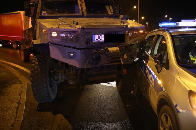 Wojskowa ciężarówka staranowała radiowóz