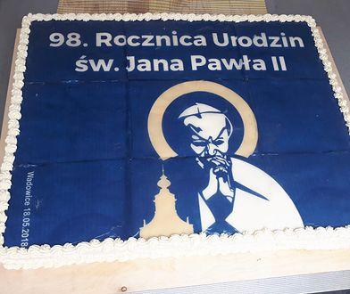 Ludzie rzucili się na tort