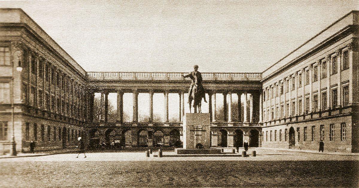 Tak wyglądał Pałac Saski w 1930 roku. Przetrwał jedynie fragment arkad z Grobem Nieznanego Żołnierz