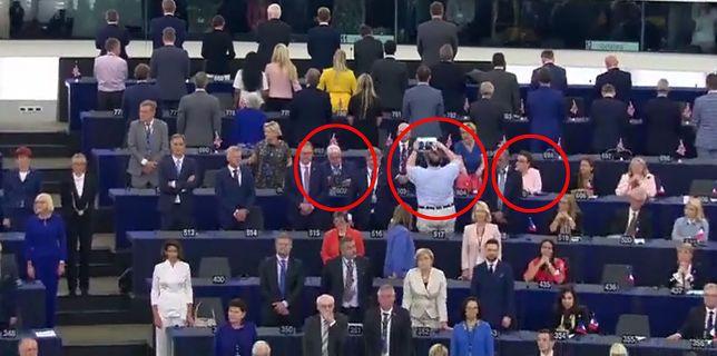"""Europosłowie PiS siedzą w trakcie odgrywania """"hymnu"""""""