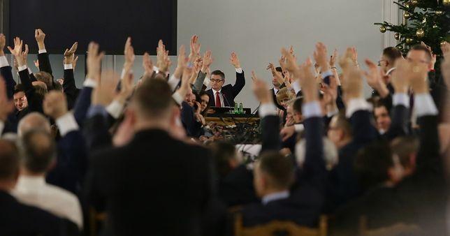 Posłowie PiS śpiewają hymn Polski w trakcie posiedzenia w Sali Kolumnowej