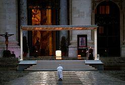 Koronawirus. Watykan. Franciszek modli się samotnie na placu Św. Piotra. Zmiany na Wielkanoc