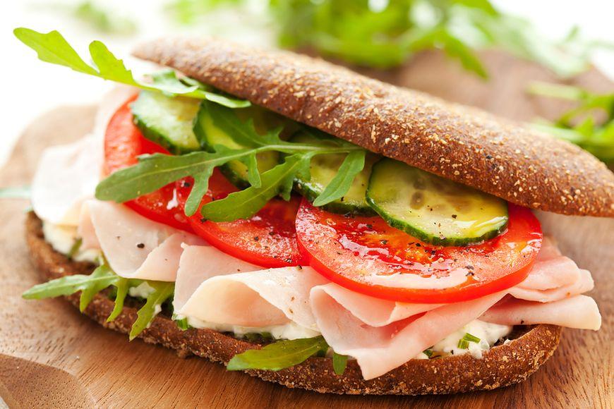 Zdrowa kanapka z ogórkiem i pomidorem