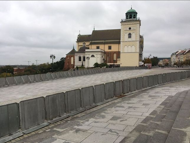 Krakowskie Przedmieście w Warszawie odgrodzone barierkami.