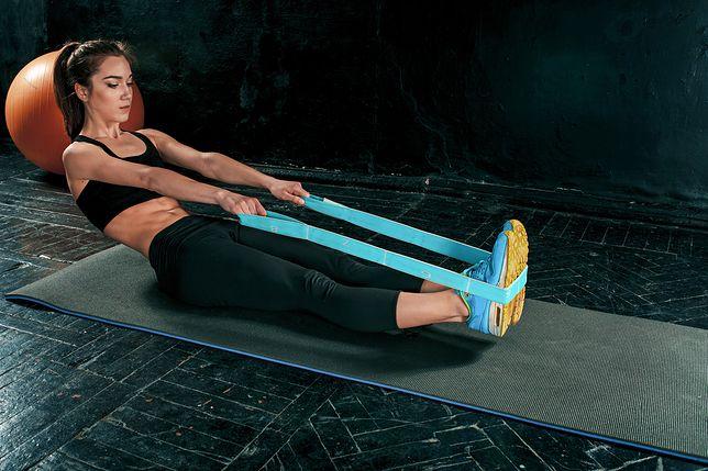Ćwiczenia z gumą wzmacniają mięśnie.