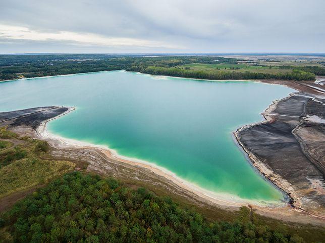 Błękitny kolor wody wynika z dużej z dużej zawartości węglanu wapnia