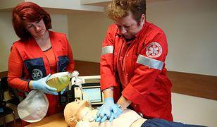 Anna Majka (po prawej stronie na zdjęciu) prowadzi szkolenia dla członków zespołów ratownictwa medycznego