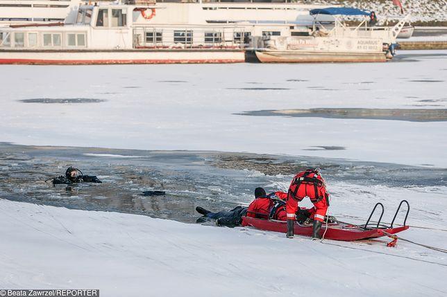 Ratownicy wyłowili mężczyznę, który wpadł pod lód