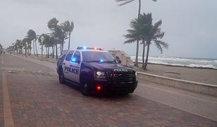 Amerykańska policja pilnuje, by wszyscy opuścili plaże Florydy.