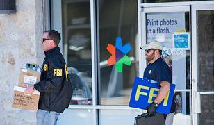 Funkcjonariusze zabierają dowody z miejsca wybuchu bomby w sortowni paczek