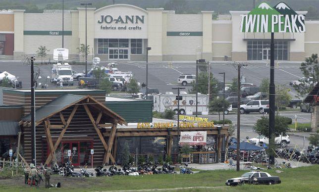 Parking przed restauracją Twin Peaks w Waco w Teksasie, gdzie doszło niedawno do krwawej strzelaniny pomiędzy rywalizującymi gangami motocyklowymi