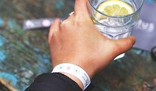 Opaska wykrywa pigułkę gwałtu w drinku