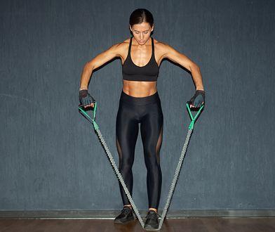 Ćwiczenia z ekspanderem aktywują do pracy wiele partii mięśniowych.