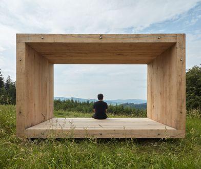 Spędzanie czasu w drewnianej ramie na wzgórzu to idealny pomysł na symbiozę z naturą