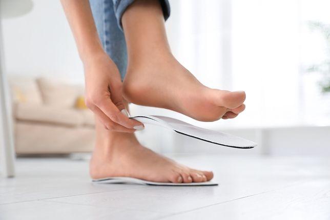 Dodatkowe wkładki do butów albo odpowiednia podeszwa obuwia niwelują wiele dolegliwości
