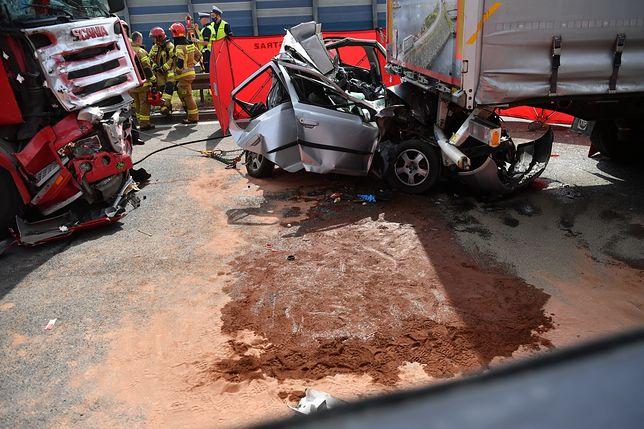 Wypadek na S8. Tiry zmiażdżyły samochód osobowy