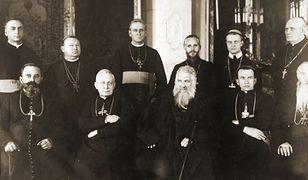 Abp. Andrzej Szeptycki (w pierwszym rzędzie w środku), obok niego siedzą: bp.Grzegorz Chomyszyn, bp. Nikita Budka, bp. Jozafat Kocyłowski. Fotografia z 1927 r.