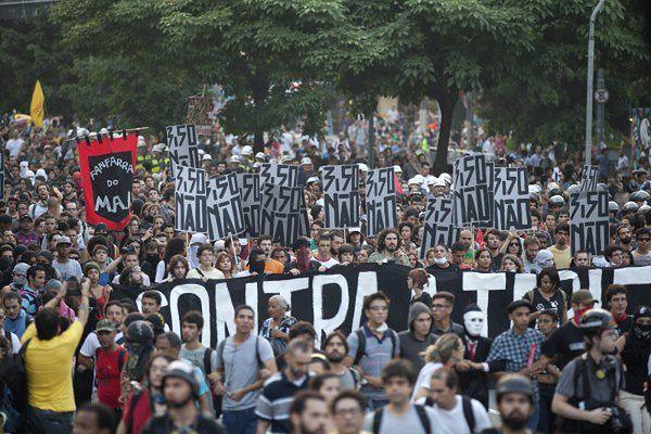Protest przeciwko podwyżce cen biletów na transport miejski w Sao Paulo