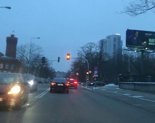 Ryszard Terlecki w limuzynie. Czerwone światło, podwójna ciągła - nic to!