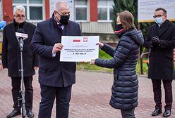 """Jacek Sasin wręczył """"czeki"""" na kilkumilionowe inwestycje"""